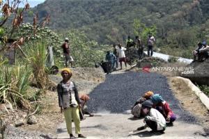 Bertahun-tahun Terisolir, Warga Desa Goreng Meni Akhirnya Bisa Buka Jalan