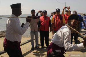 Kunjungi Pulau Komodo, Tim Ekspedisi BI Disambut Tarian Manca