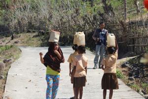 Cerita Siswa-Siswi di Nagekeo Pikul Jerigen dari Rumah ke Sekolah Untuk Siram Toilet